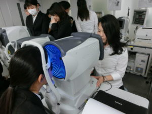 視能訓練士学科1年制 医療機器メーカーでの実習講義!